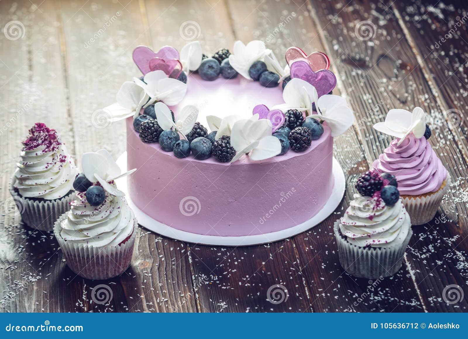 Purpurroter Schoner Kuchen Verziert Mit Beeren Brombeeren Und