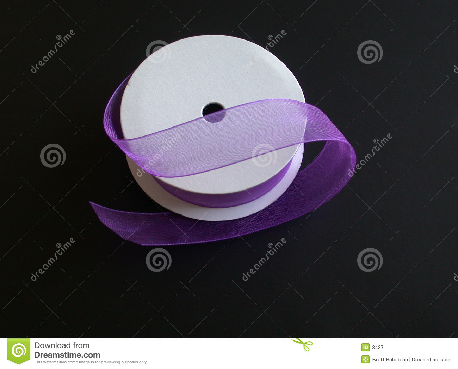Purpurrotes Farbband auf einem schwarzen Hintergrund I