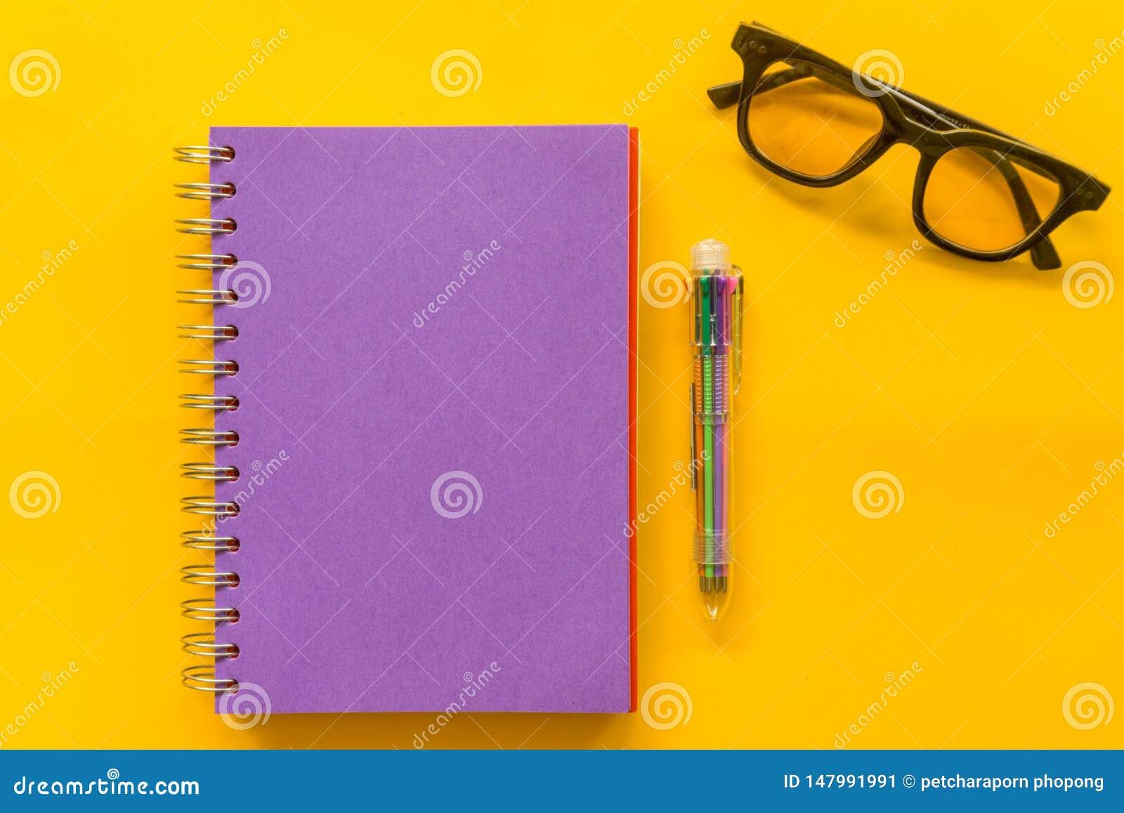 Purpury pióra notatnika Purpurowi szkła na Żółtym tle