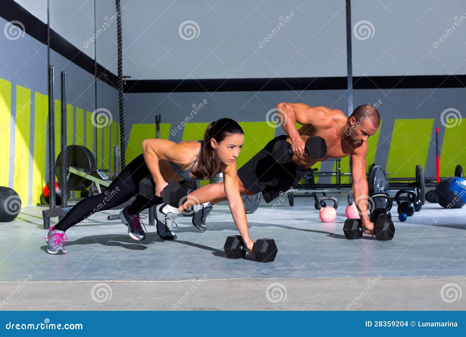 Pushup di forza di flessione dell uomo e della donna della palestra
