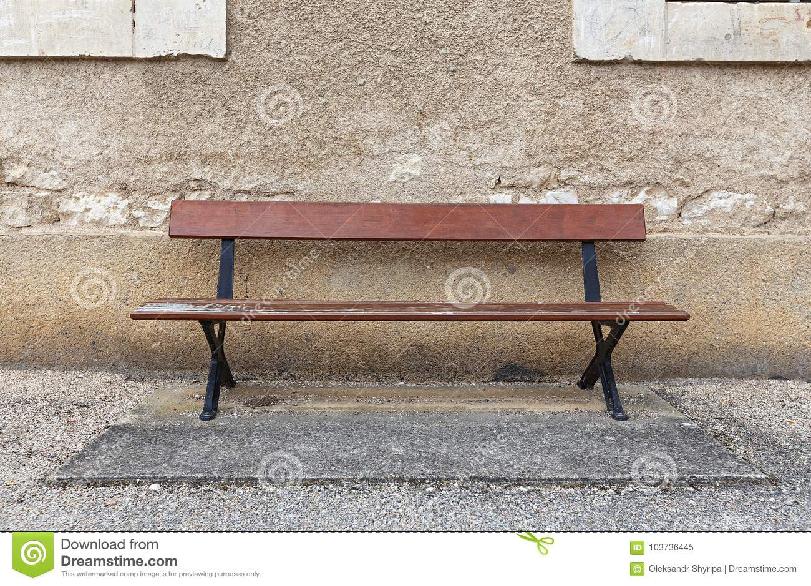 Pusta ławka przeciw ścianie