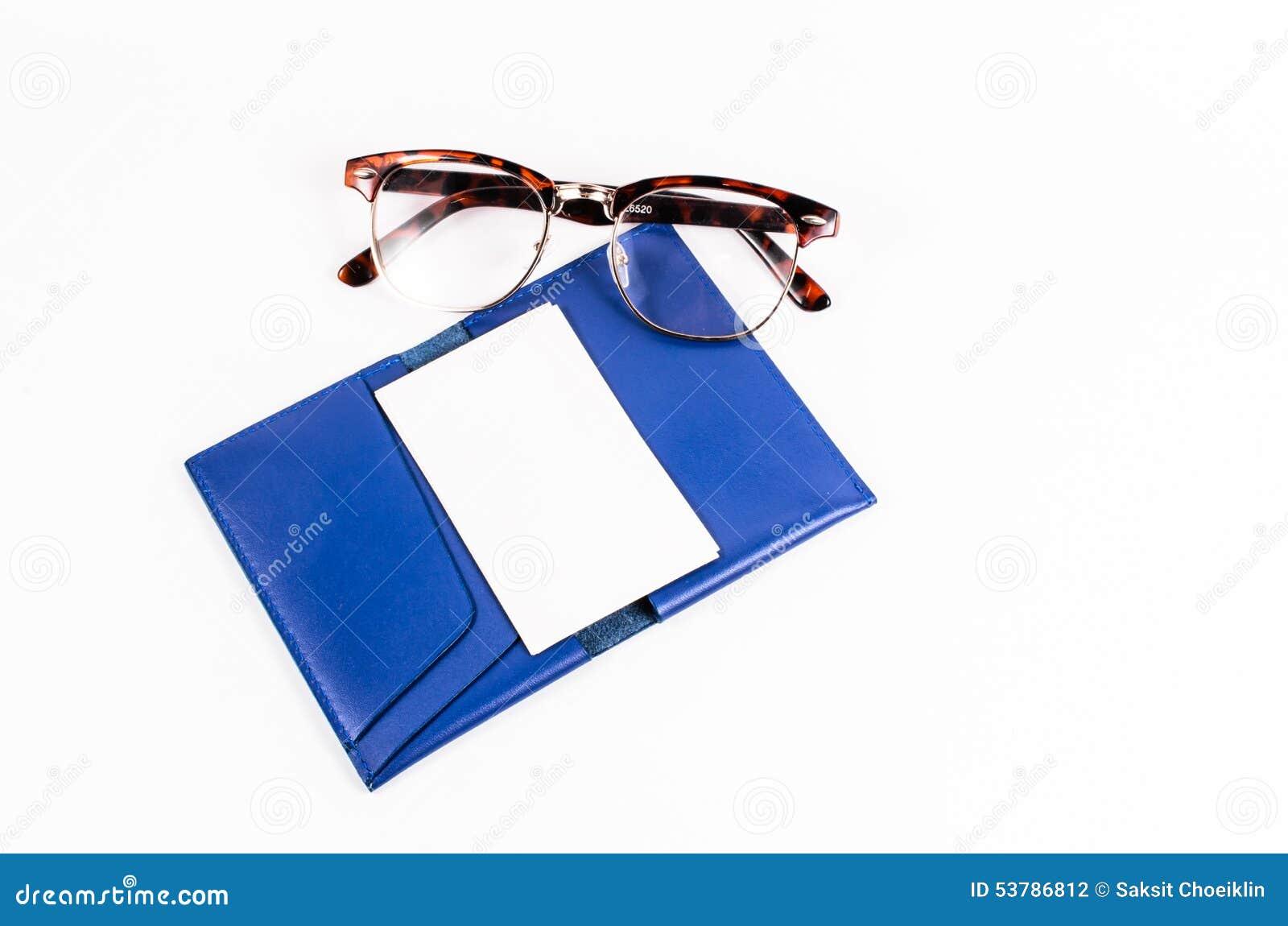 Pusta biznesowa imię karta na błękitnej skóry kieszeni z szkłami jest