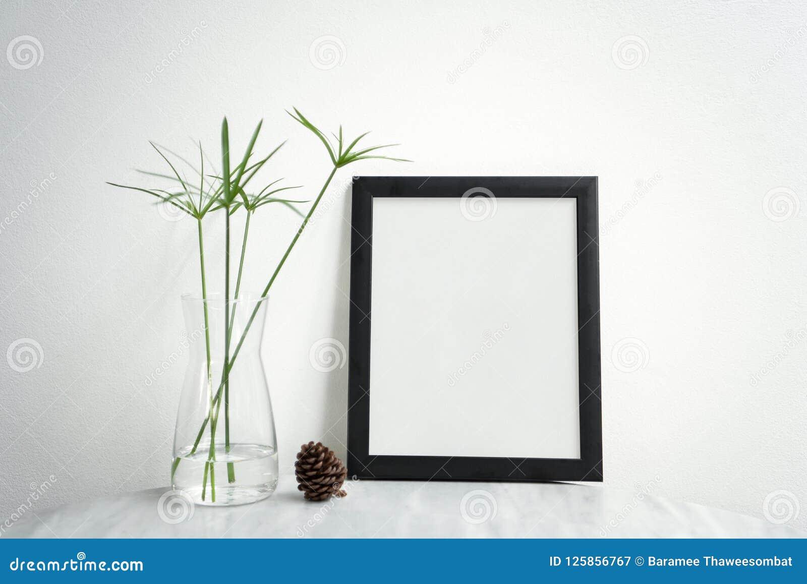 Pusta Czarna fotografii rama, waza na stole dla projekta Mockup i