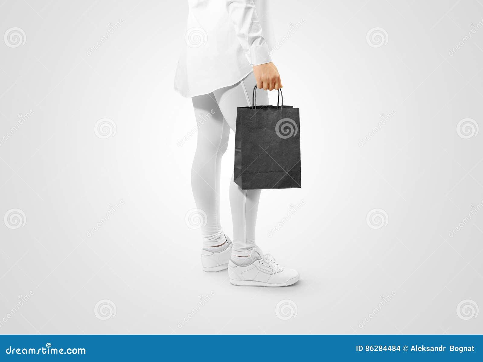 Pusta czarna rzemiosło papierowej torby projekta mockup mienia ręka