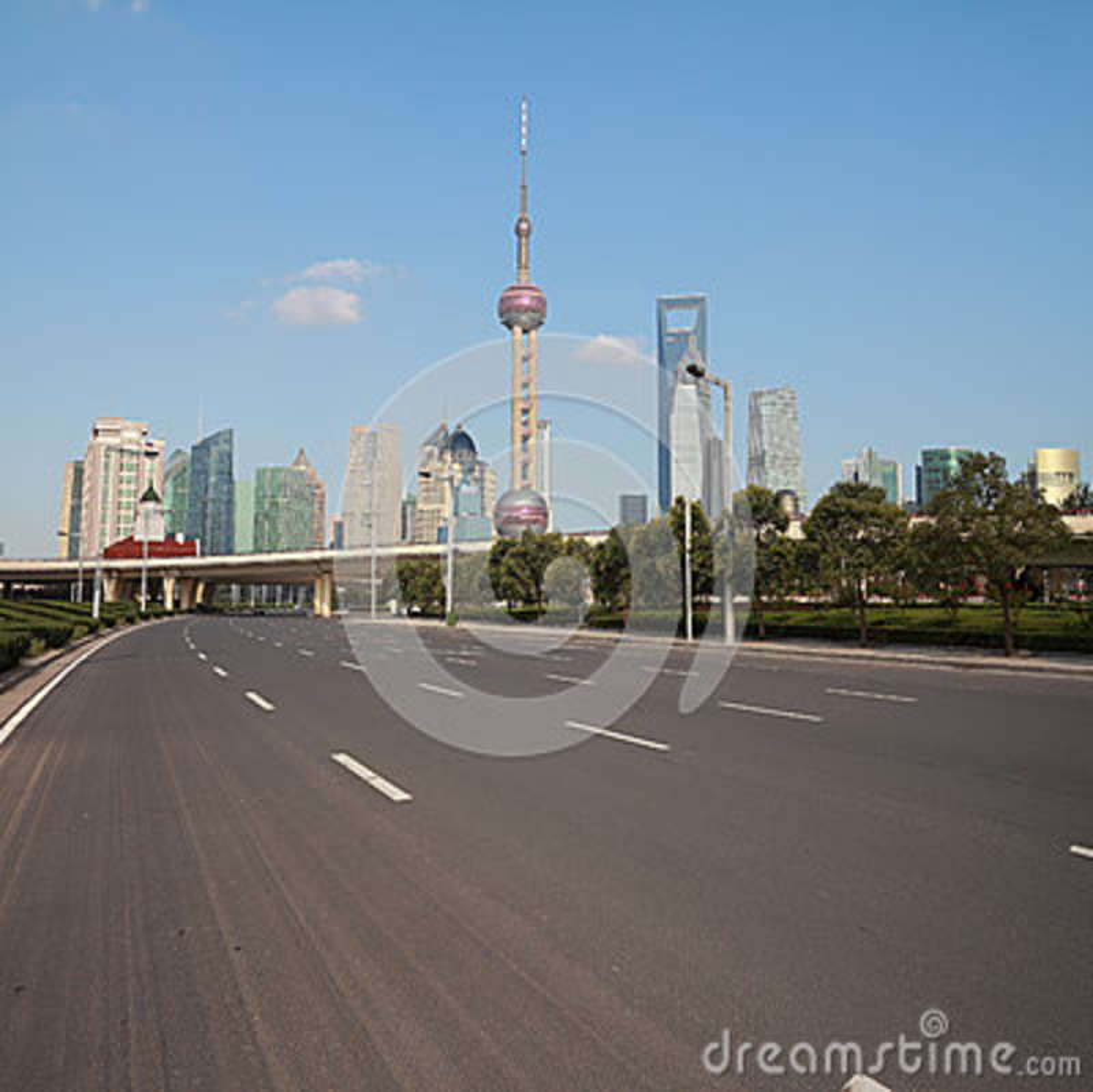 Pusta drogowa powierzchnia z Szanghaj Lujiazui miasta budynkami Dnieje