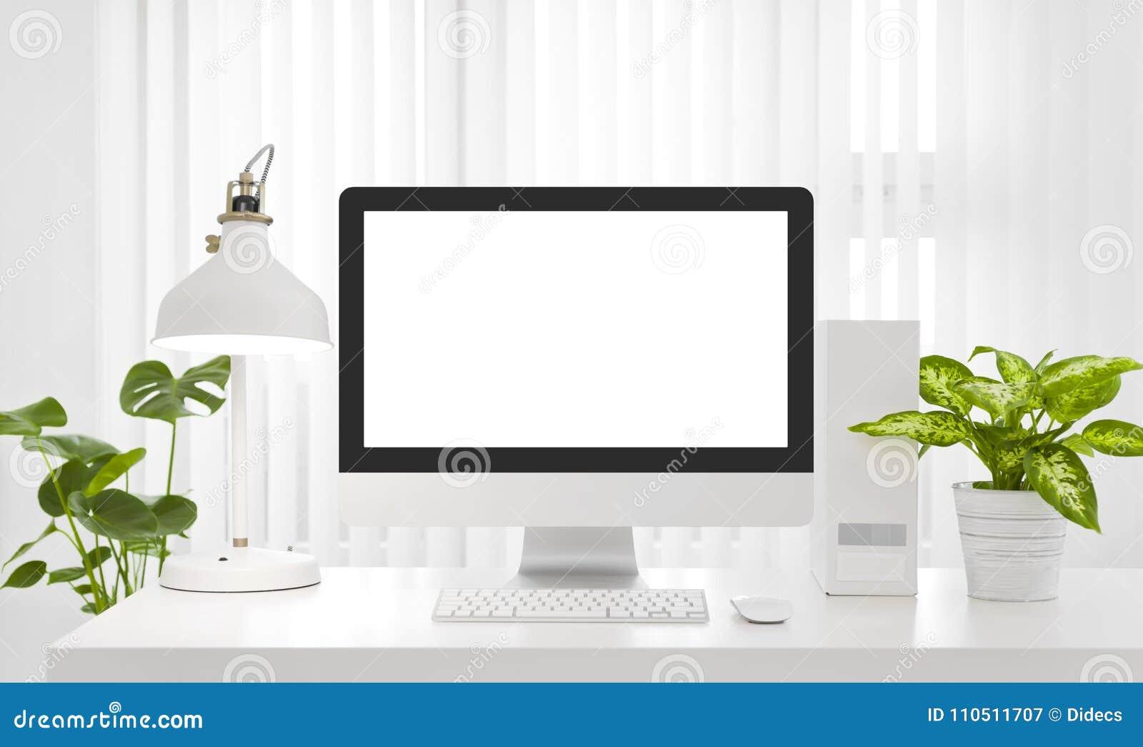 Pusta ekran komputerowy kopii przestrzeń w nowożytnym białym biurowym środowisku