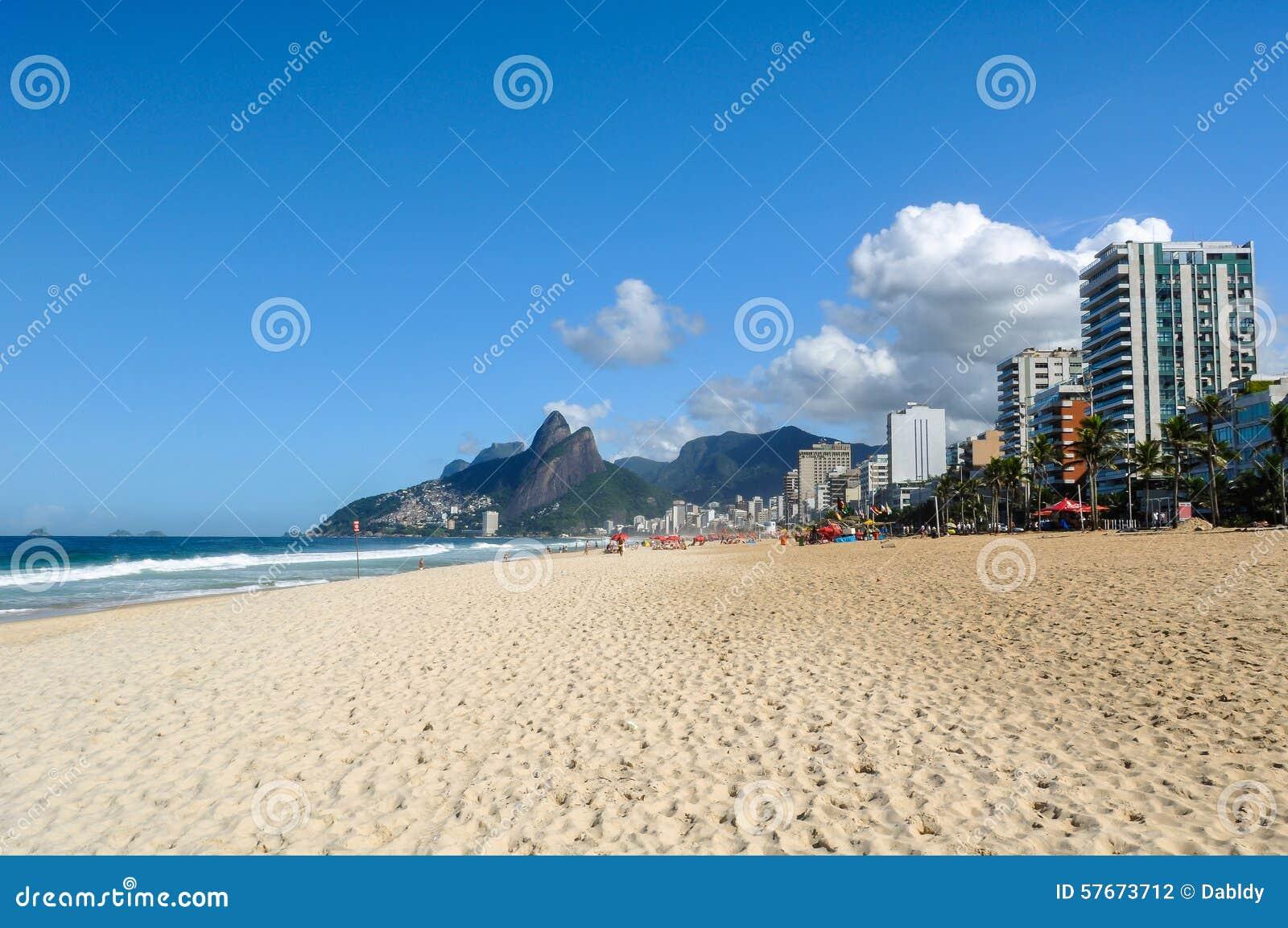 Pusta Ipanema plaża w Rio