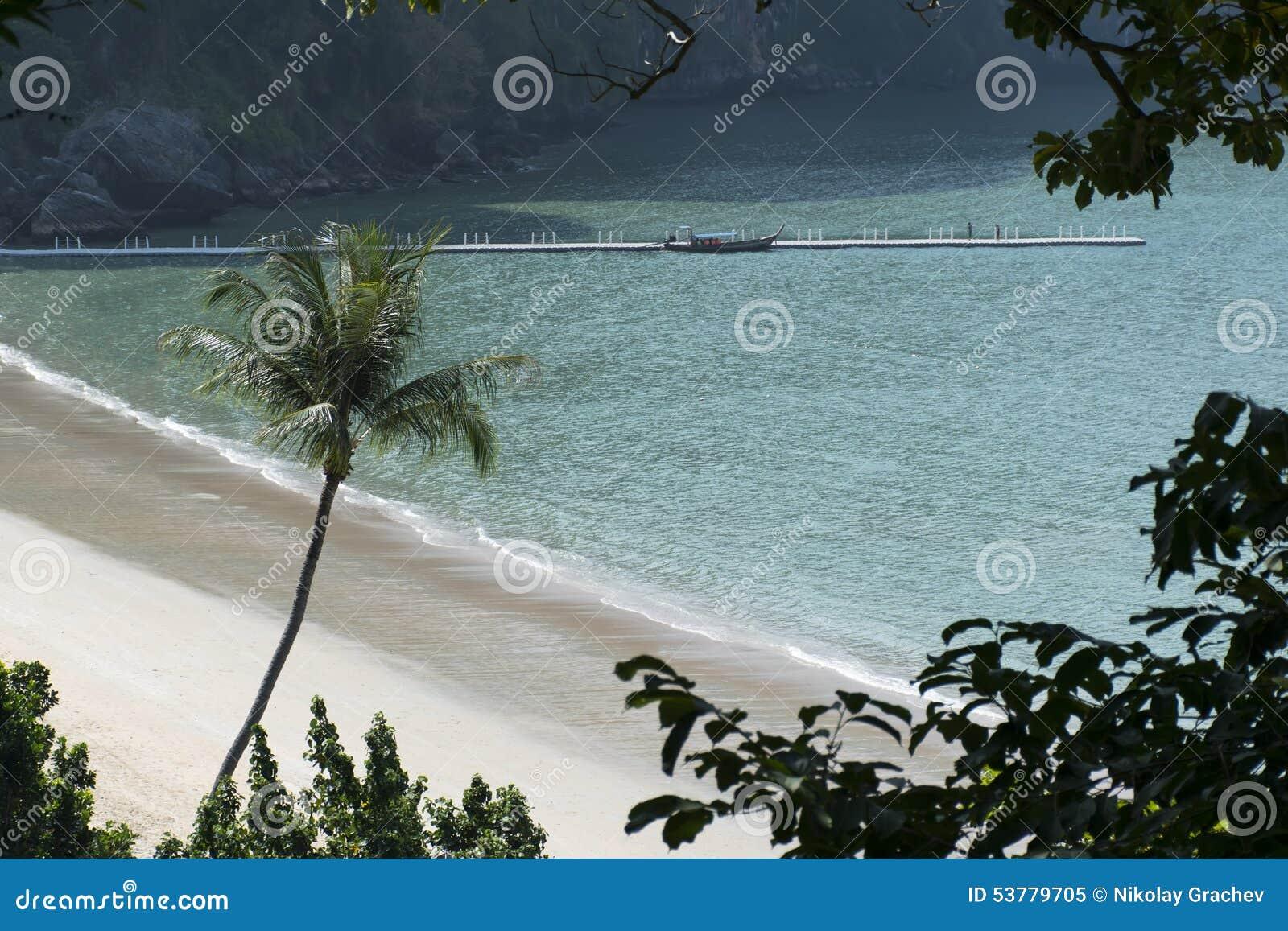 Pusta plaża Nabrzeżna linia