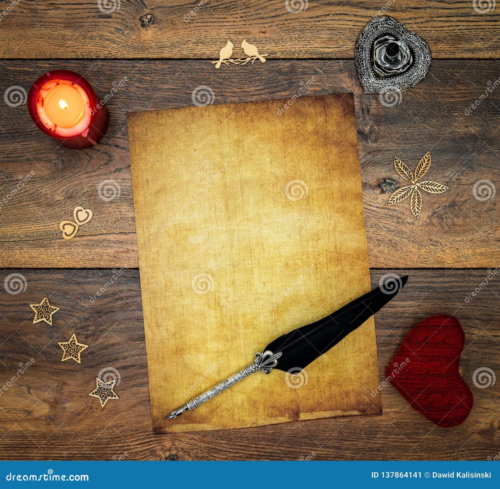 Pusta rocznik karta z czerwoną świeczką, czerwonym cuddle jeleniem, drewnianymi dekoracjami, atramentem i dutką na rocznika dębie