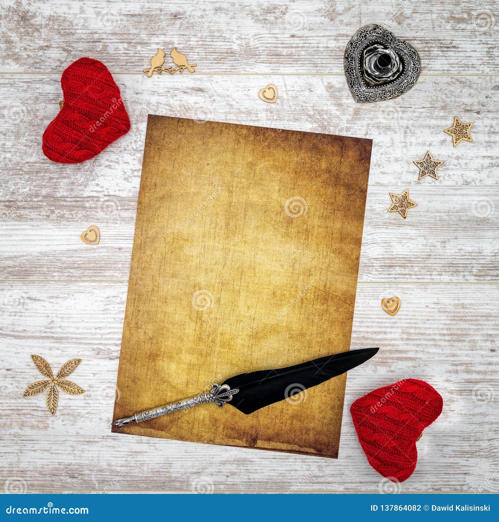 Pusta rocznik walentynki dnia karta z czerwonymi cuddle sercami, drewnianymi dekoracjami, atramentem i dutką, - odgórny widok