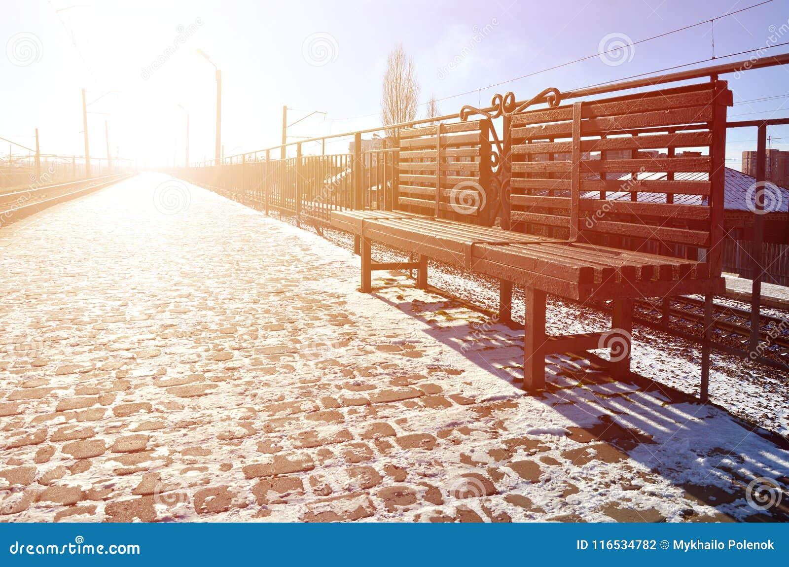 Pusta staci kolejowej platforma dla czekać trenuje ` Novoselovka ` w Kharkiv, Ukraina Kolejowa platforma w pogodnej zimie da