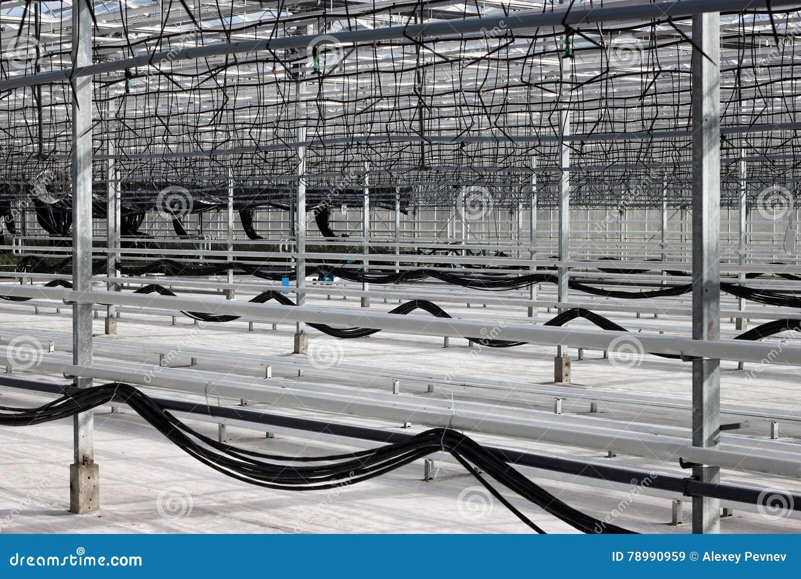 Pusta szklarnia z kapinosa systemem irygacyjnym