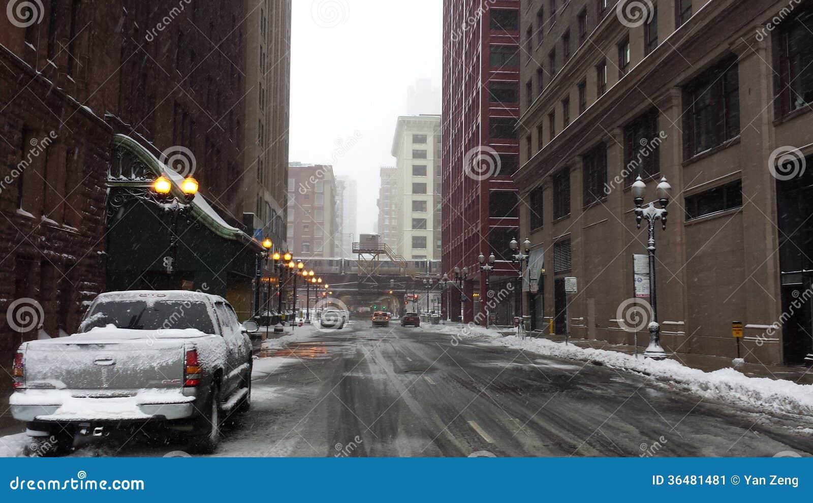 Pusta ulica wśród śnieżnej burzy w Chicago