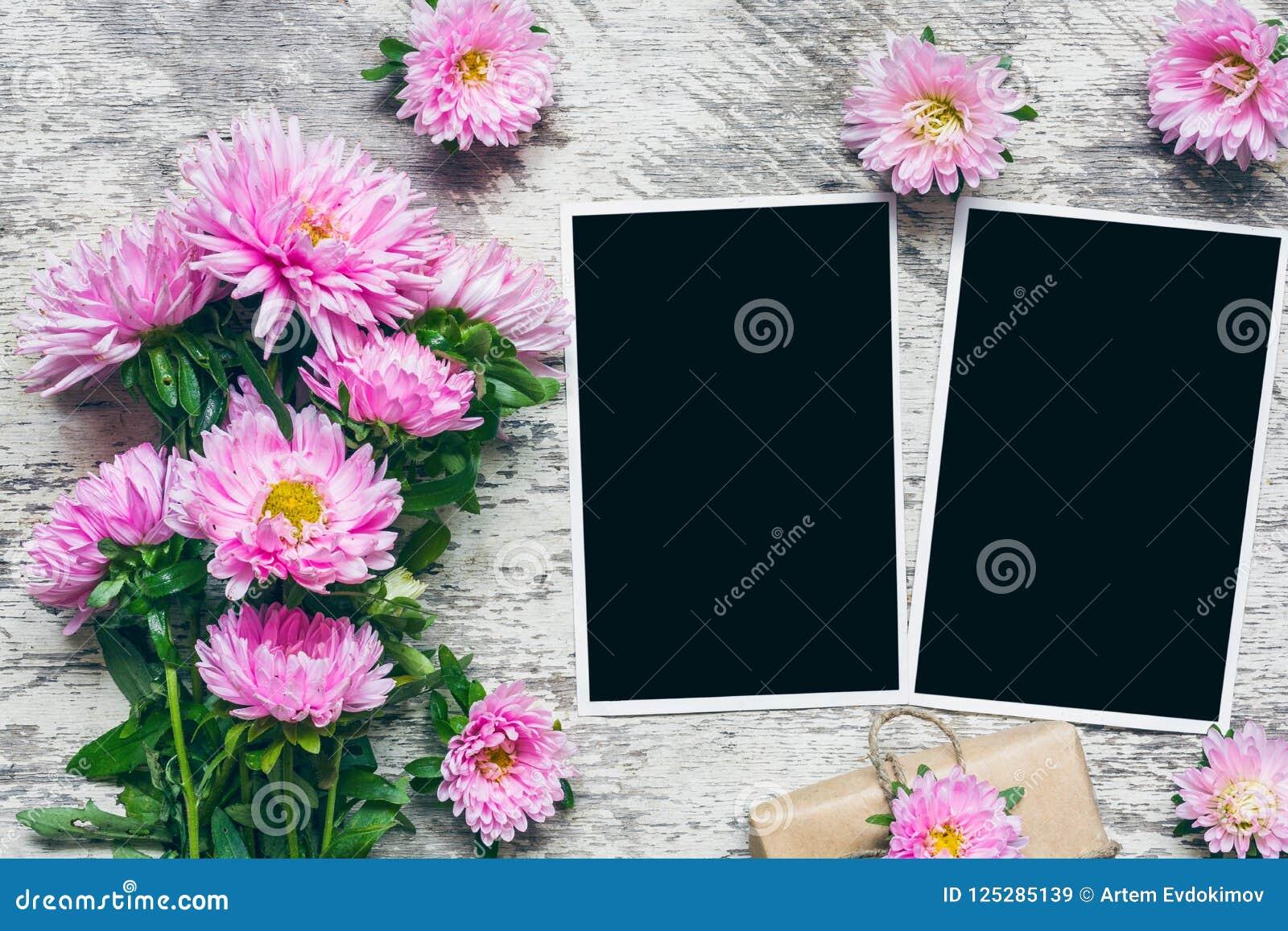 Puste fotografii ramy z pięknym bukietem różowi asterów kwiaty i prezenta pudełko stawiać twój obrazki Egzamin próbny Up układ