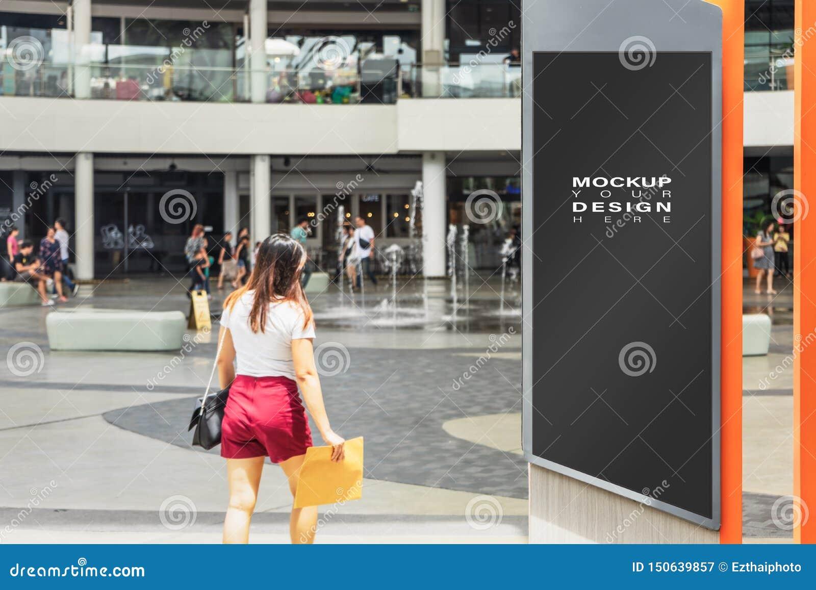 Puste miejsce egzamin próbny w górę pionowo ulicznego plakatowego reklamowego billboarda w mieście dla twój reklamy z plam ludźmi