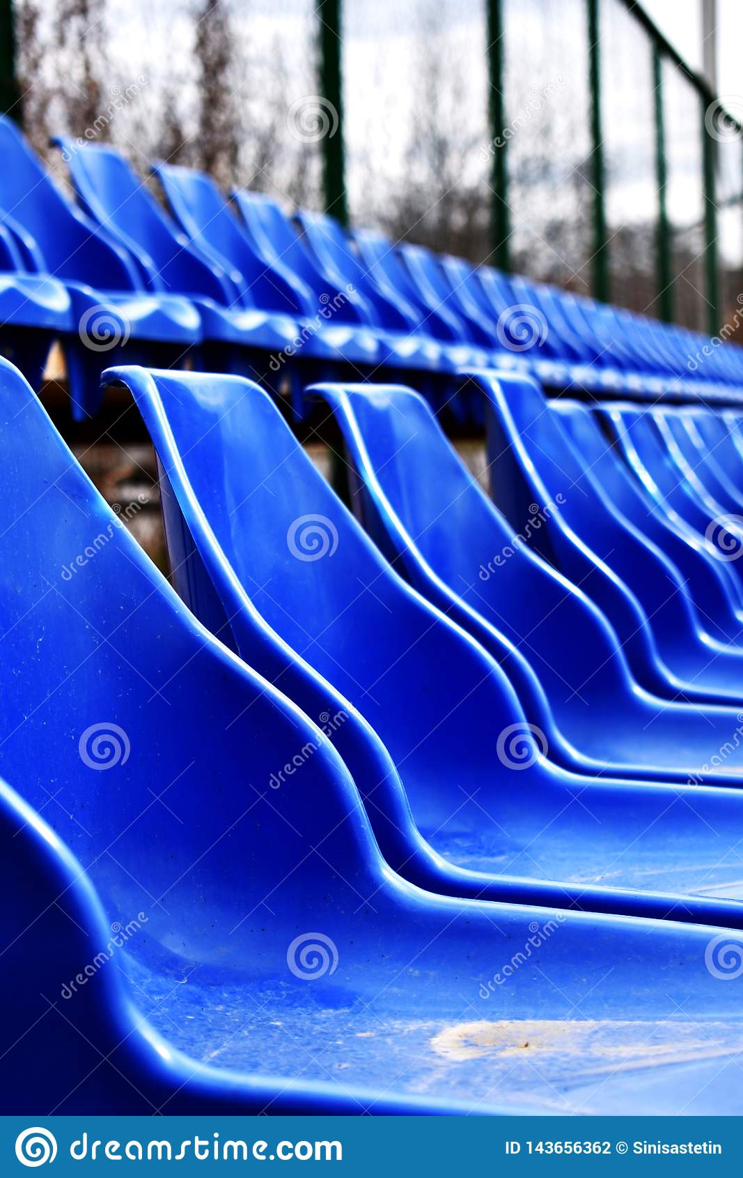 Puste siedzenia na sportach mlejących