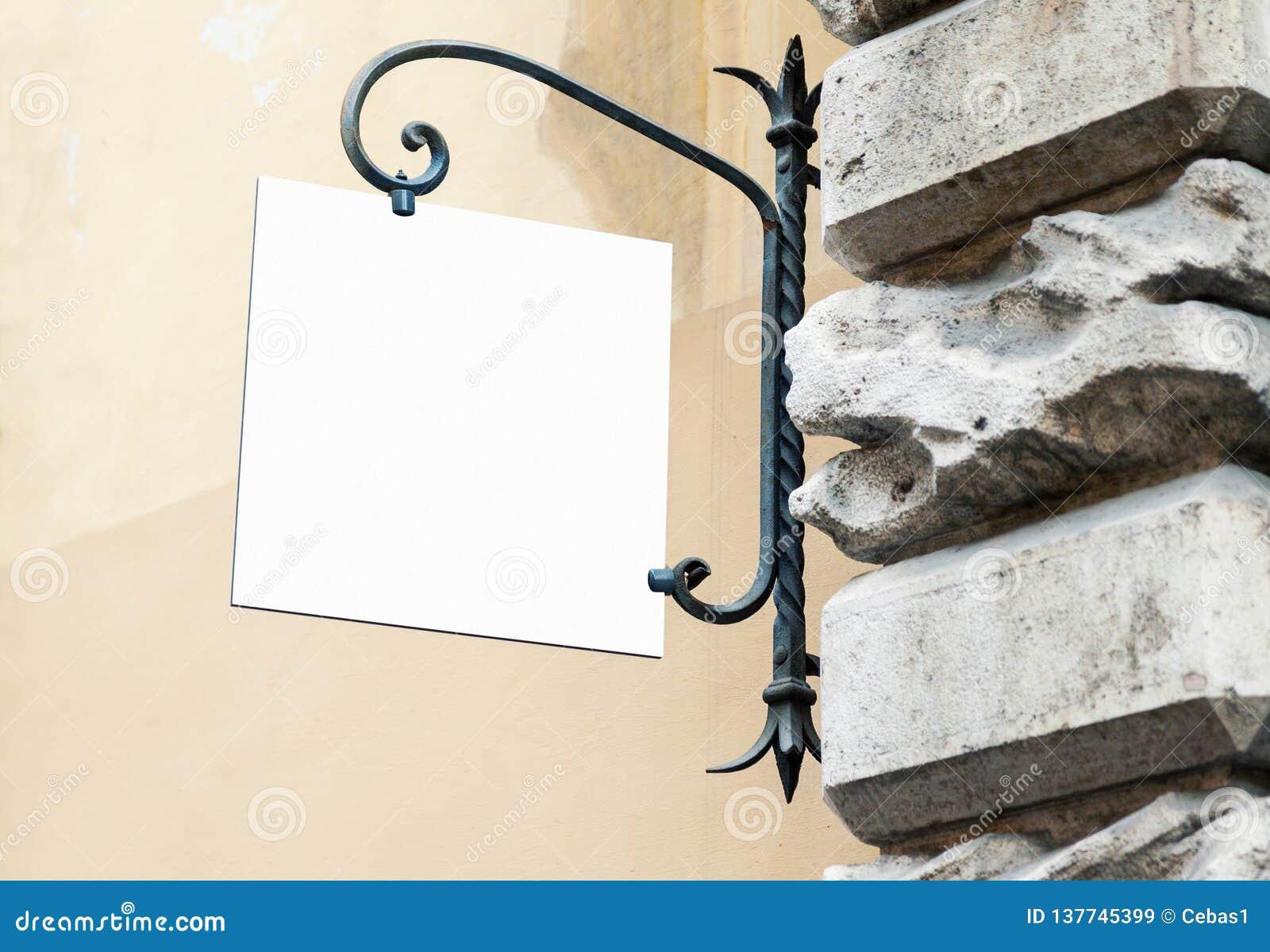 Pustego białego wiszącej ściany znaka mockup klasyka stylu plenerowy signage z kopii przestrzenią