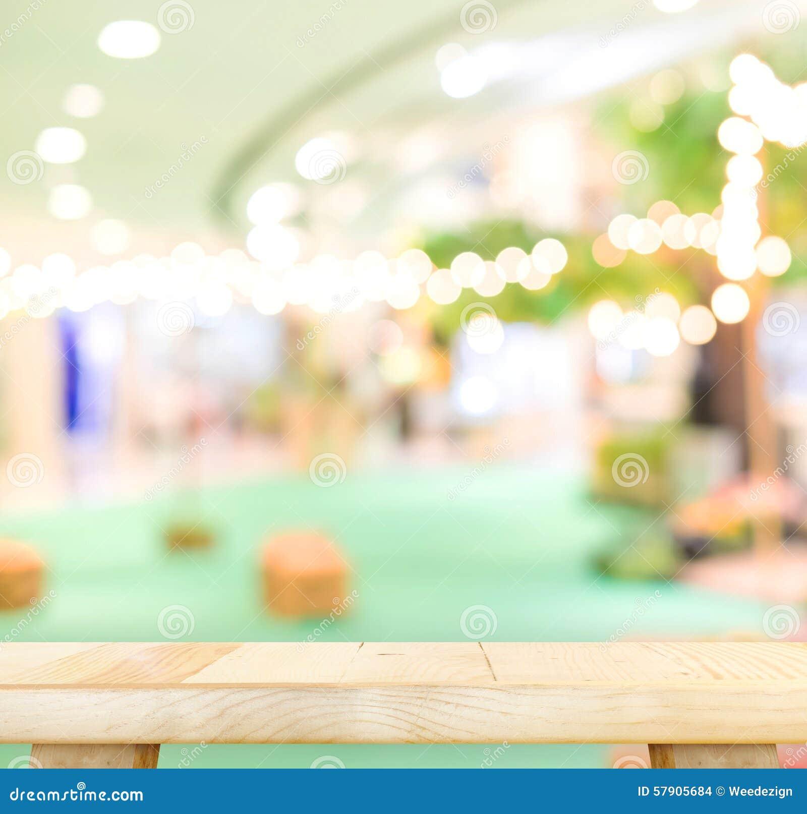 Pustego drewna stołowy i zamazany kawiarni światła tło produktu disp