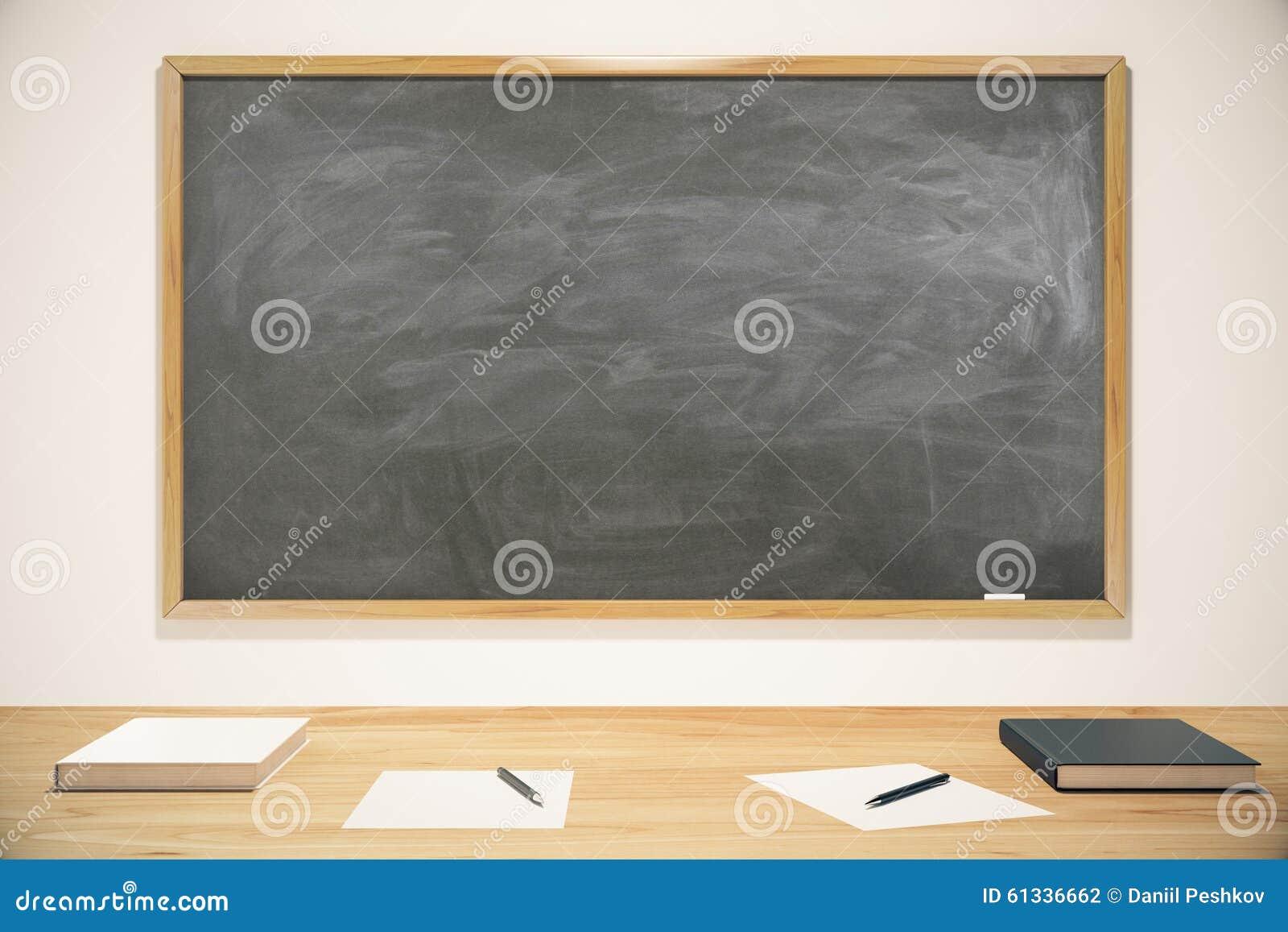 Pustego miejsca szkolny blackboard z książkami, ćwiczenie książkami i piórami,