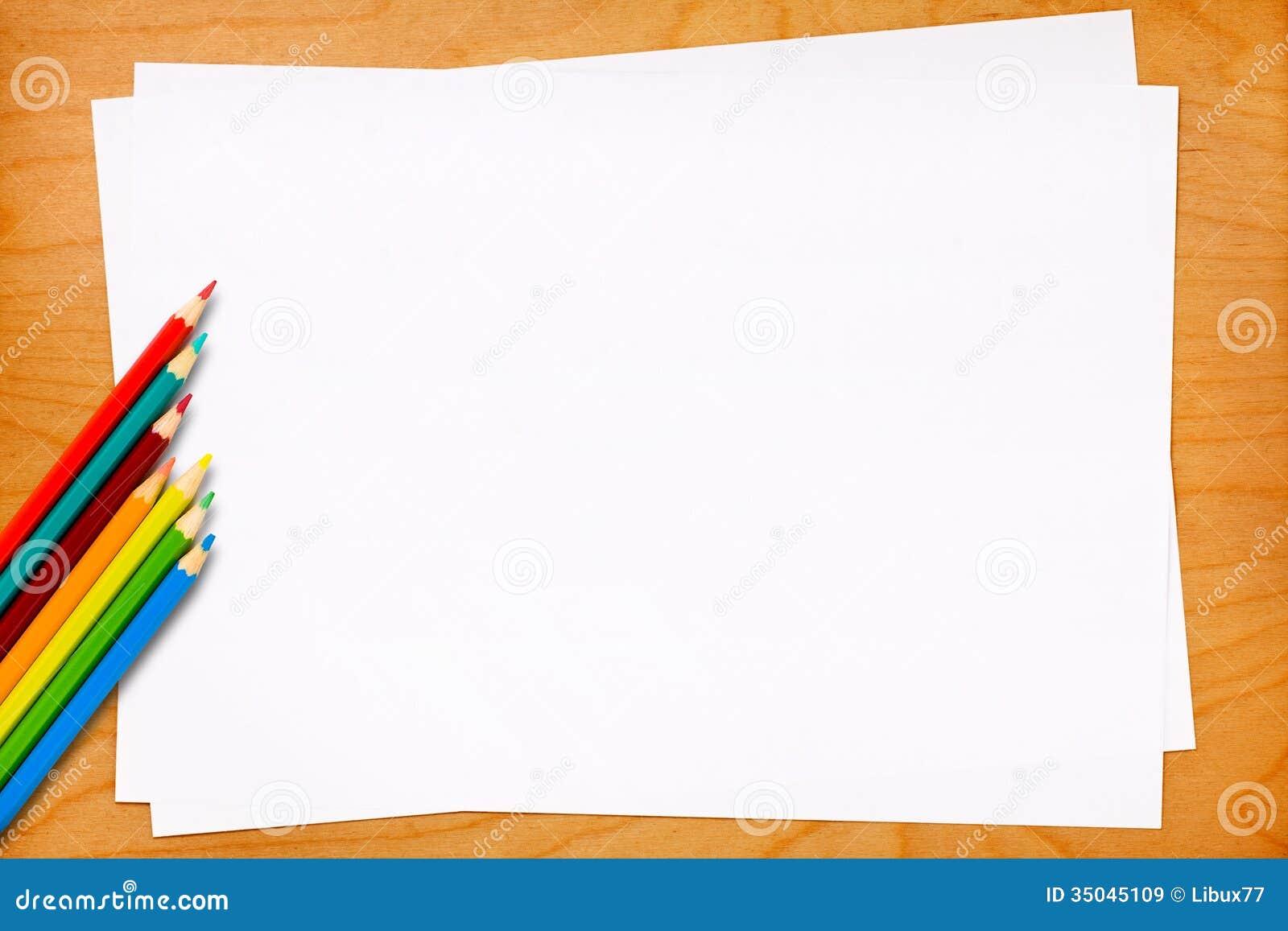 Pustego papieru prześcieradła z Barwionymi ołówkami