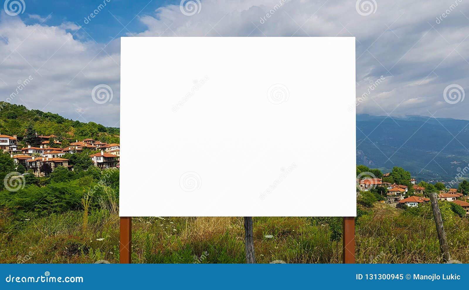 Pustego reklama billboarda znaka ścinku ścieżki szablonu reklamy sztandaru Miastowy Jawny Biały Odosobniony egzamin próbny W górę