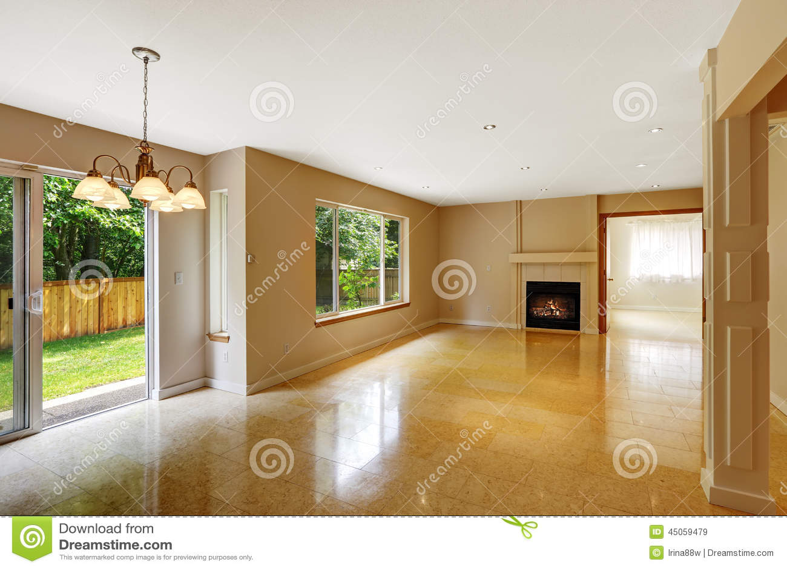 Pusty żywy pokój z błyszczącą marmurową dachówkową podłoga i grabą