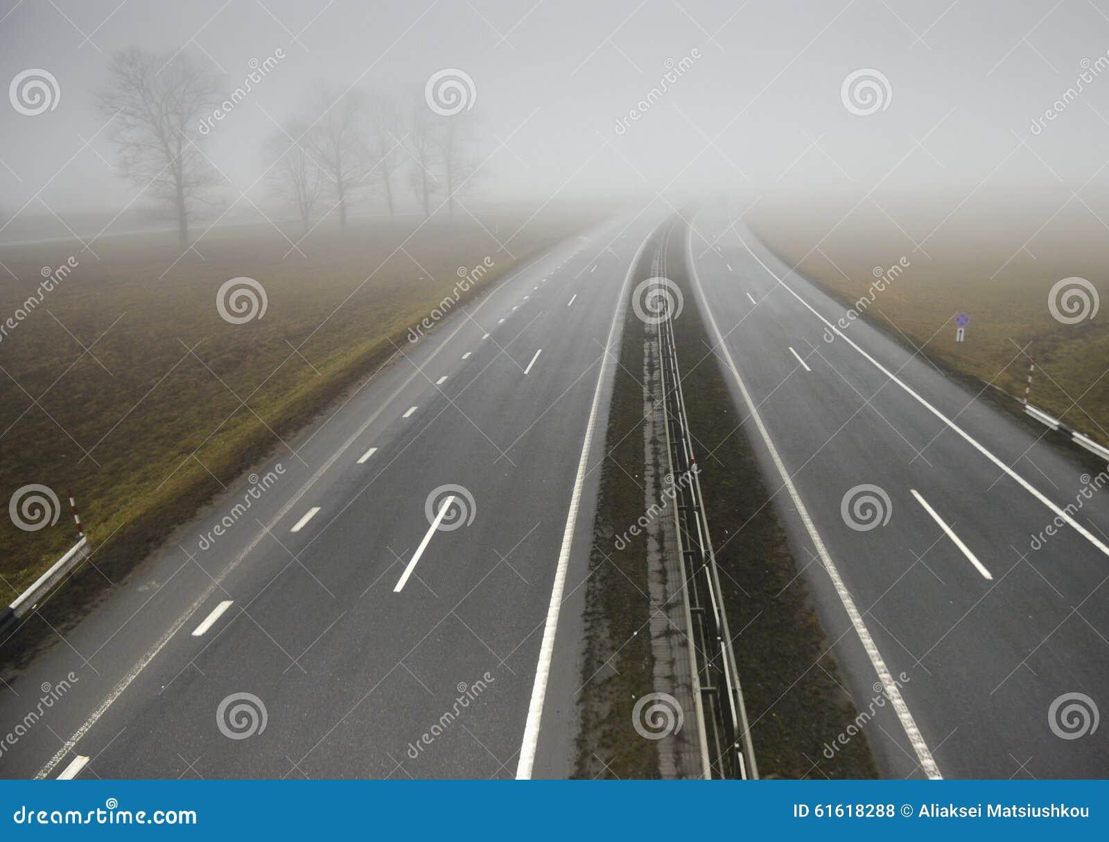 Pusty autostrady rozciąganie w odległość