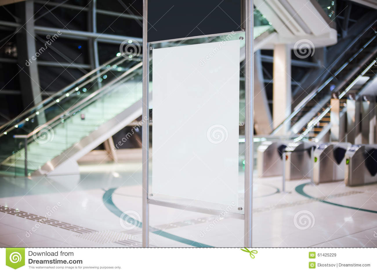 Pusty biały billboard w metrze