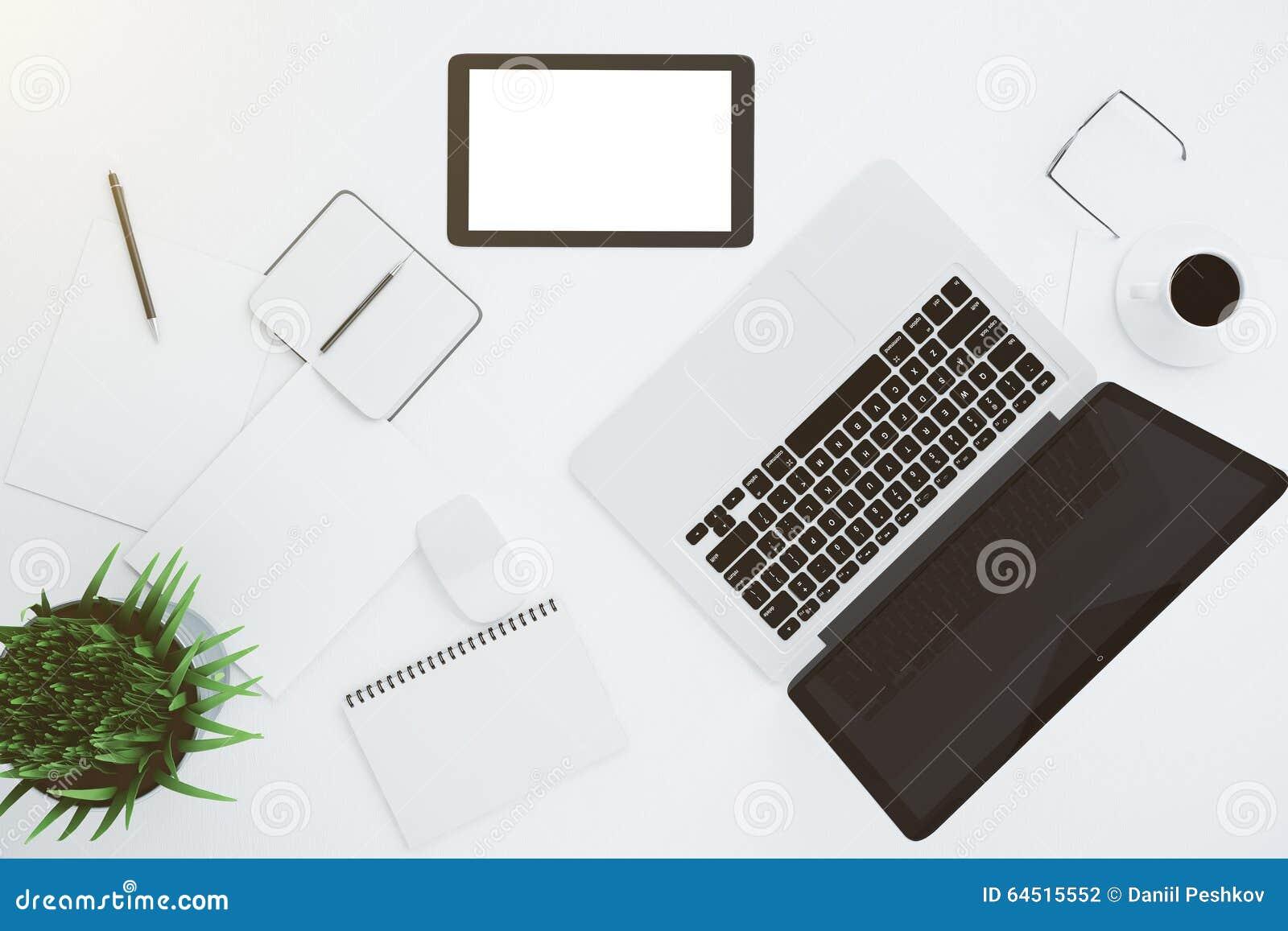 Pusty biały cyfrowy pastylka ekran z akcesoriami dalej i laptopem