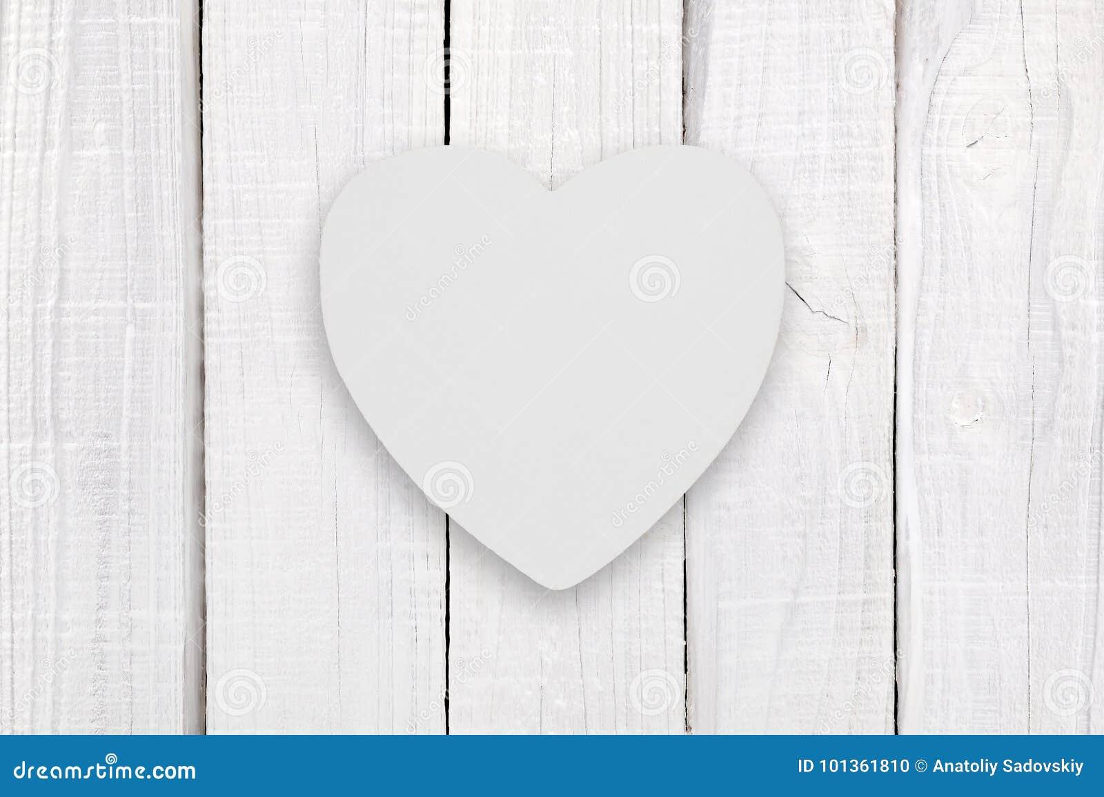 Pusty biały drewniany serce na białym drewnie