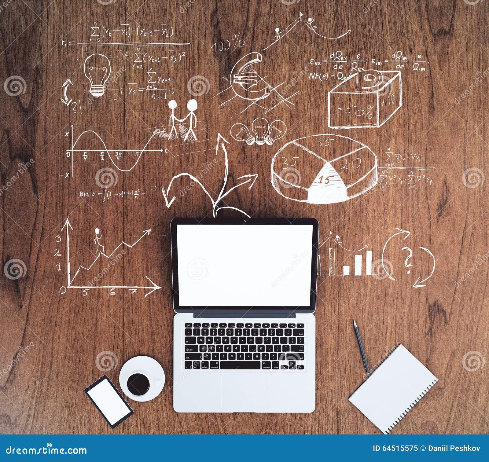 Pusty biały laptopu ekran z filiżanką kawy i drewnianymi stołów wi