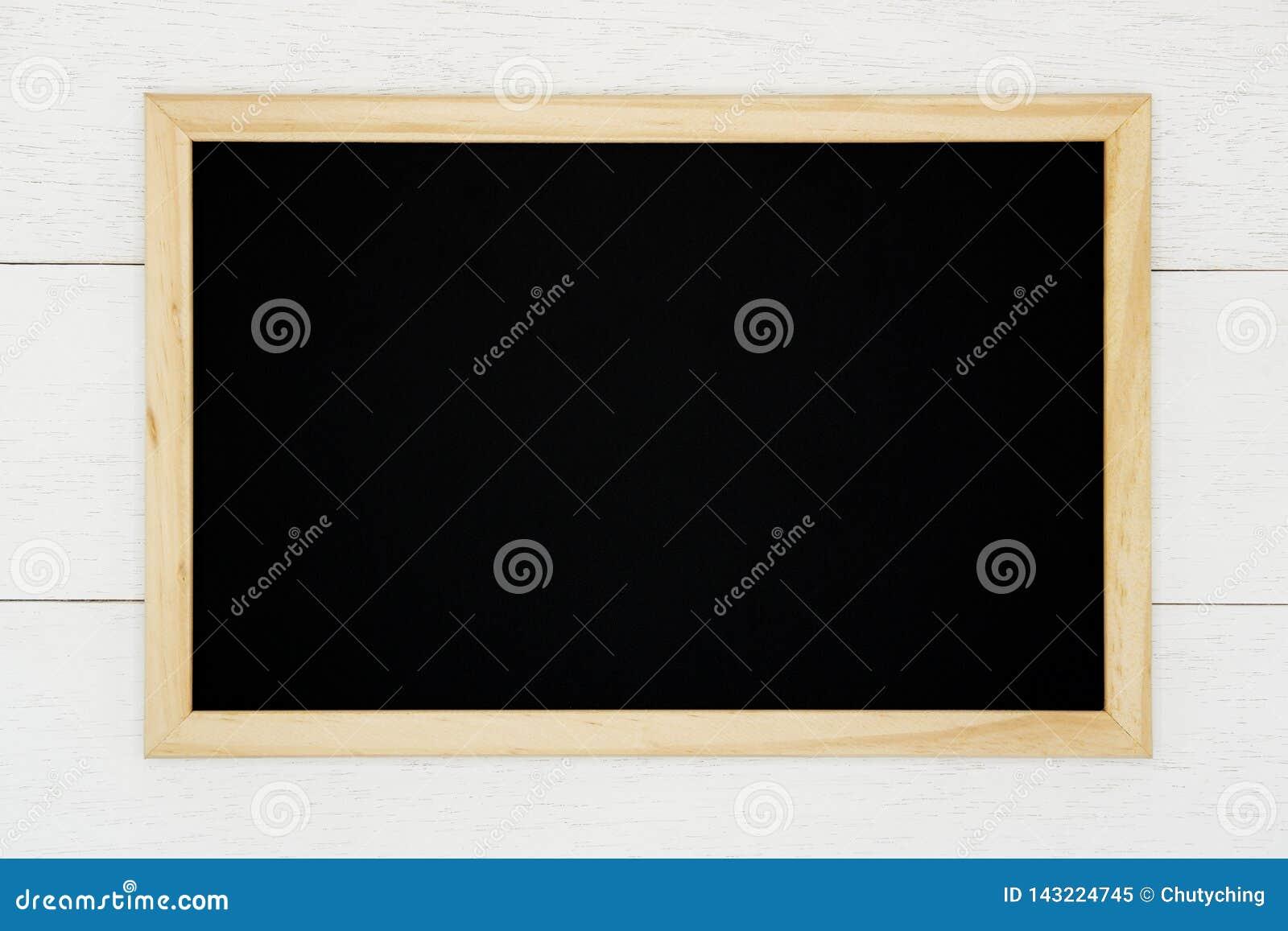 Pusty chalkboard na białym drewnianym deski tle
