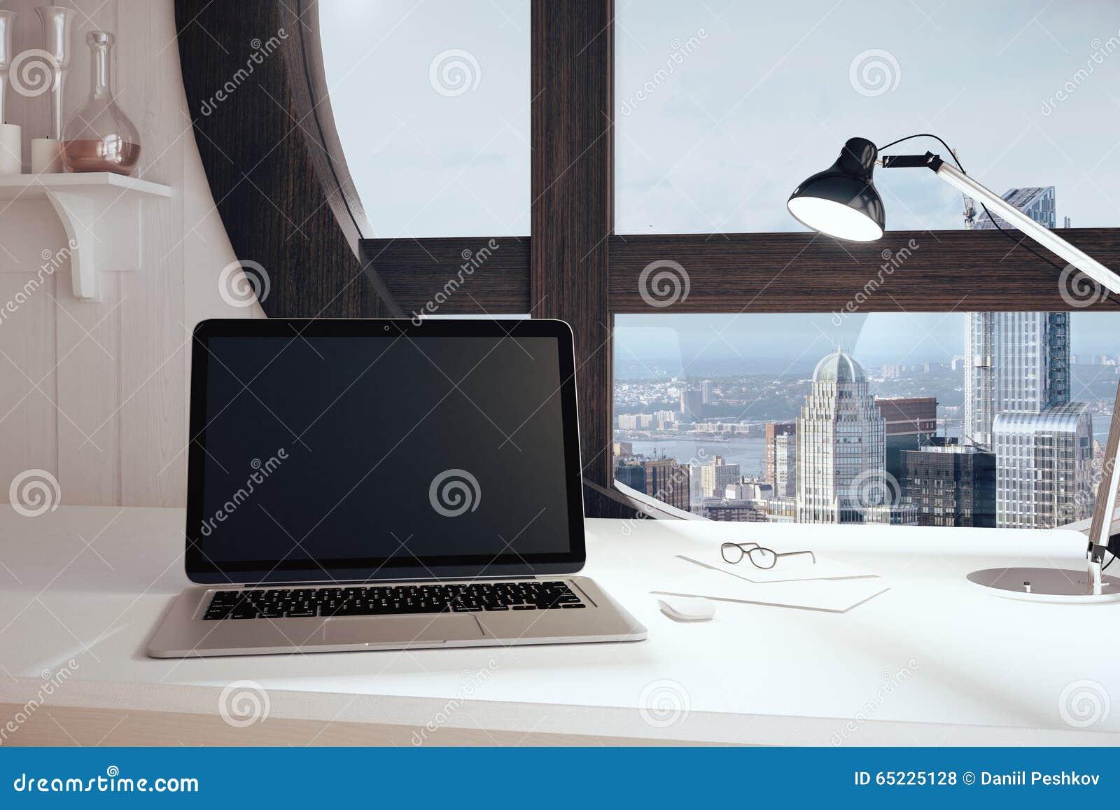 Pusty czarny laptopu ekran w nowożytnym pokoju z round nadokiennym windo