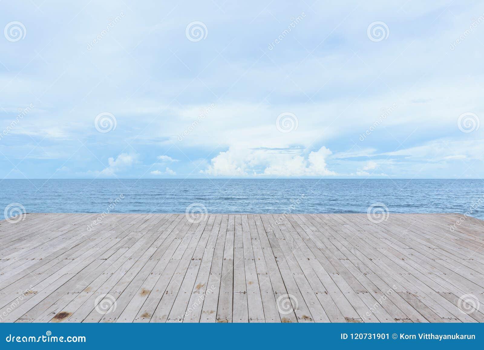 Pusty drewniany pokładu molo z dennym widok na ocean