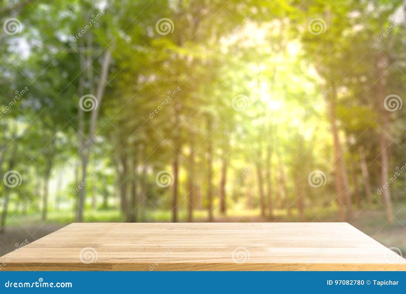 Pusty Drewniany stół dla pokazu produktu i rozmyty las w plecy