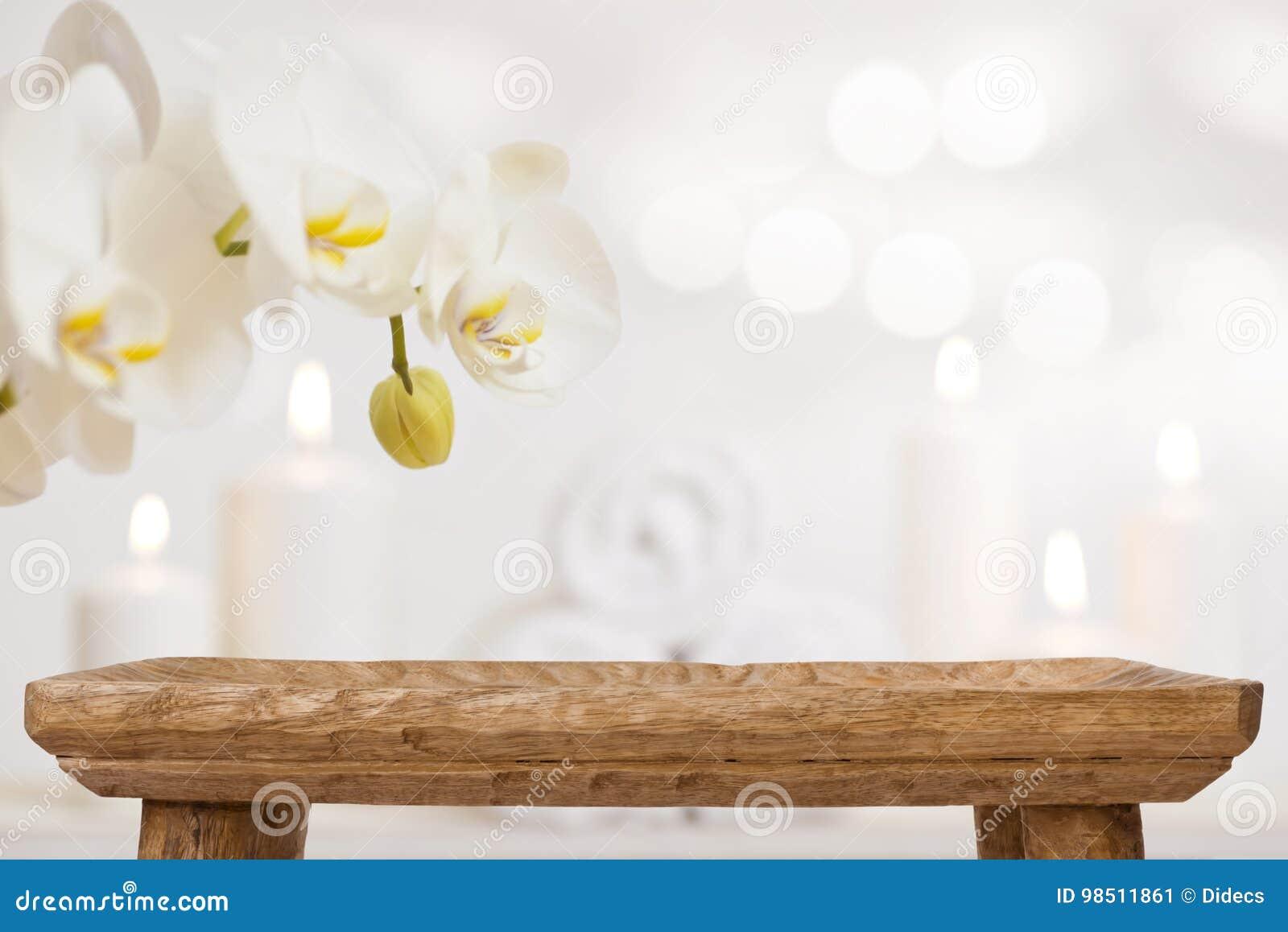 Pusty drewniany stół na zamazanym abstrakcjonistycznym tle zdrojów produkty