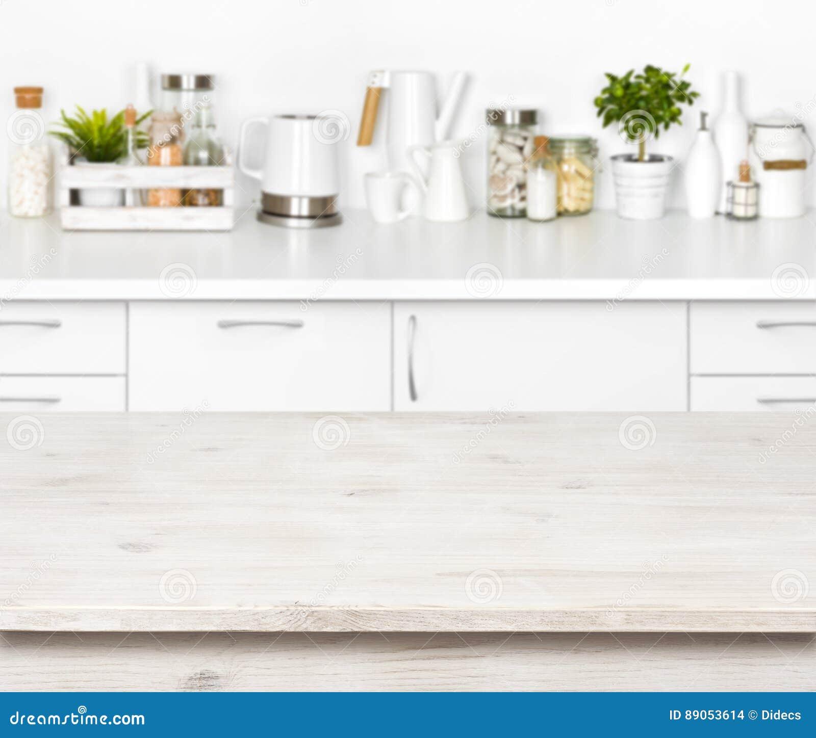 Pusty drewniany stół na zamazanym tle różnorodni kuchenni przedmioty