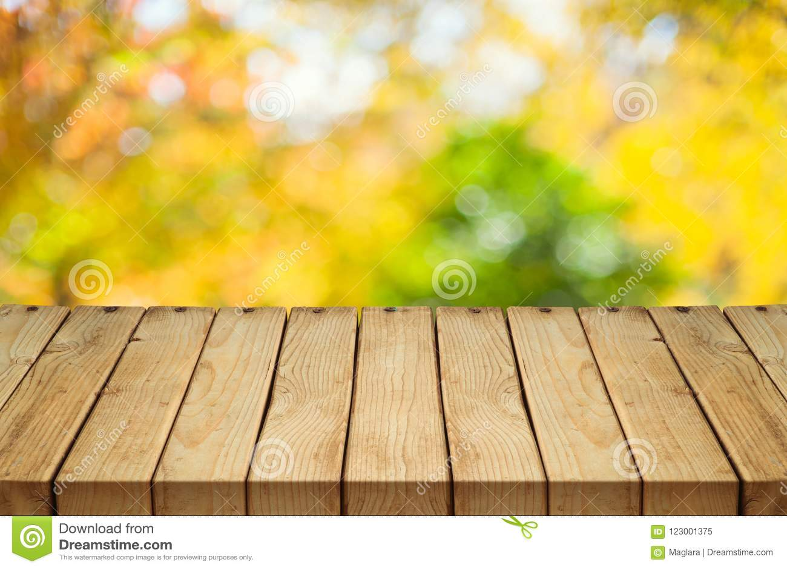 Pusty drewniany stół nad jesieni natury bokeh