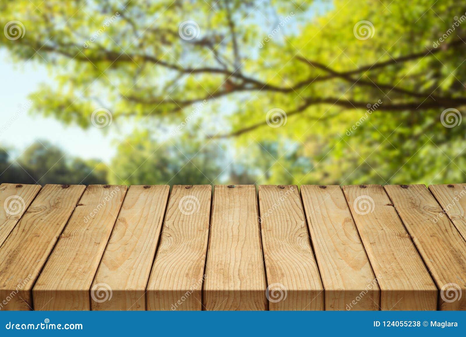 Pusty drewniany stół nad jesieni tłem