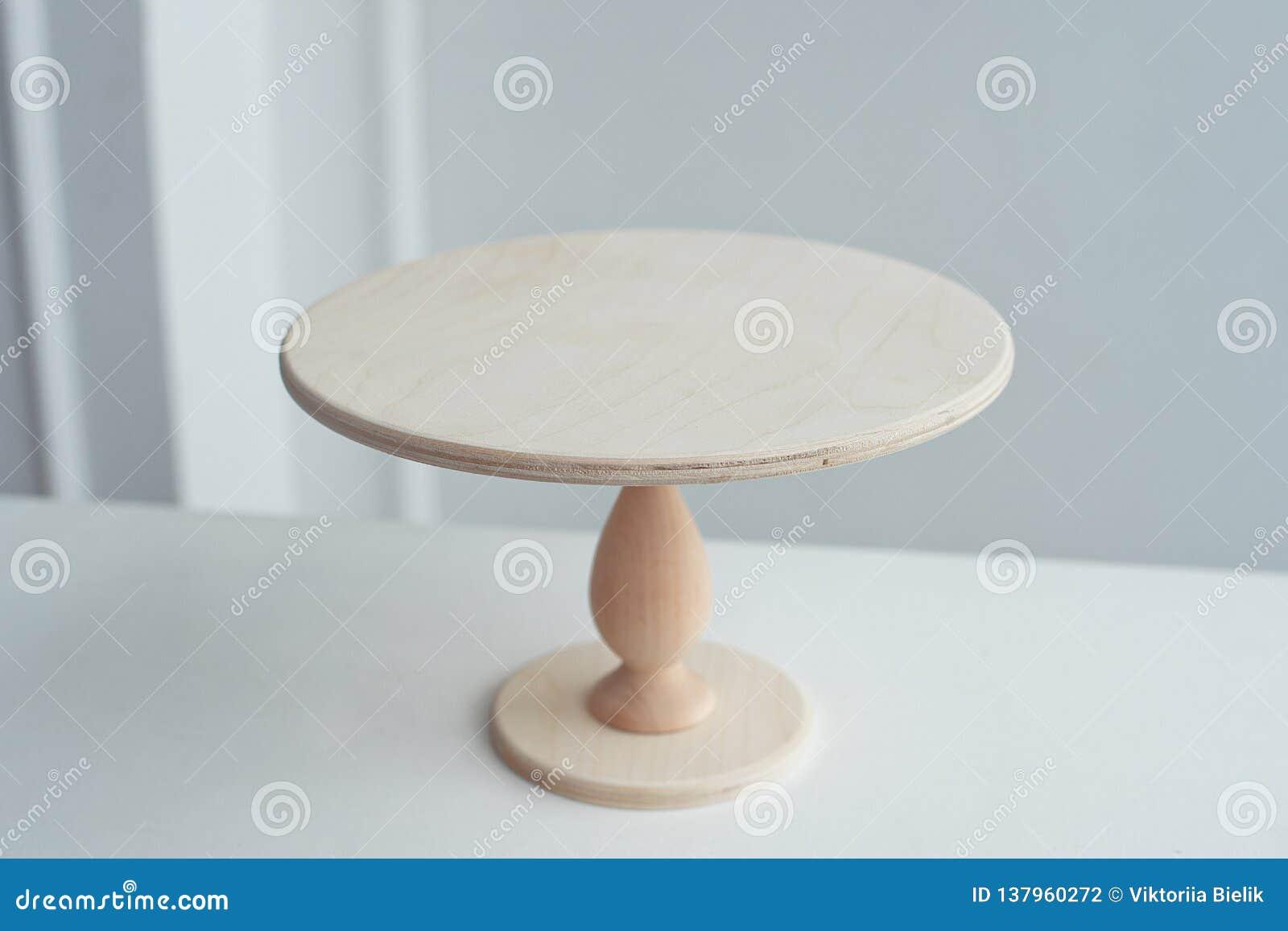 Pusty drewniany stojak dla torta na białym tle