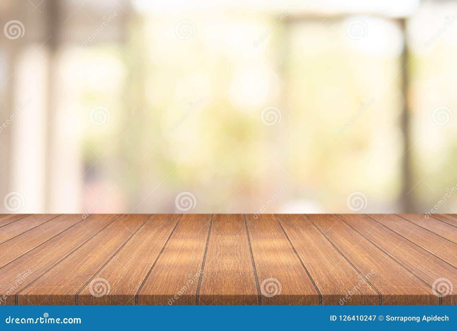 Pusty drewno stół na zamazanej tło kopii przestrzeni dla montażu yo