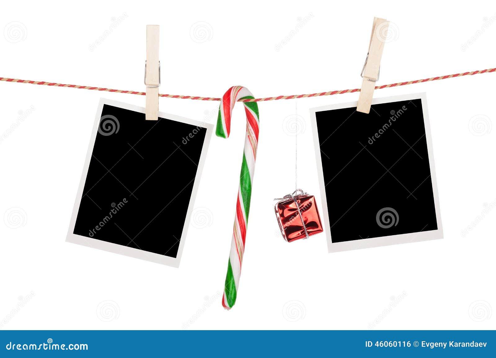 Pusty fotografii ram i cukierek trzciny obwieszenie na clothesline