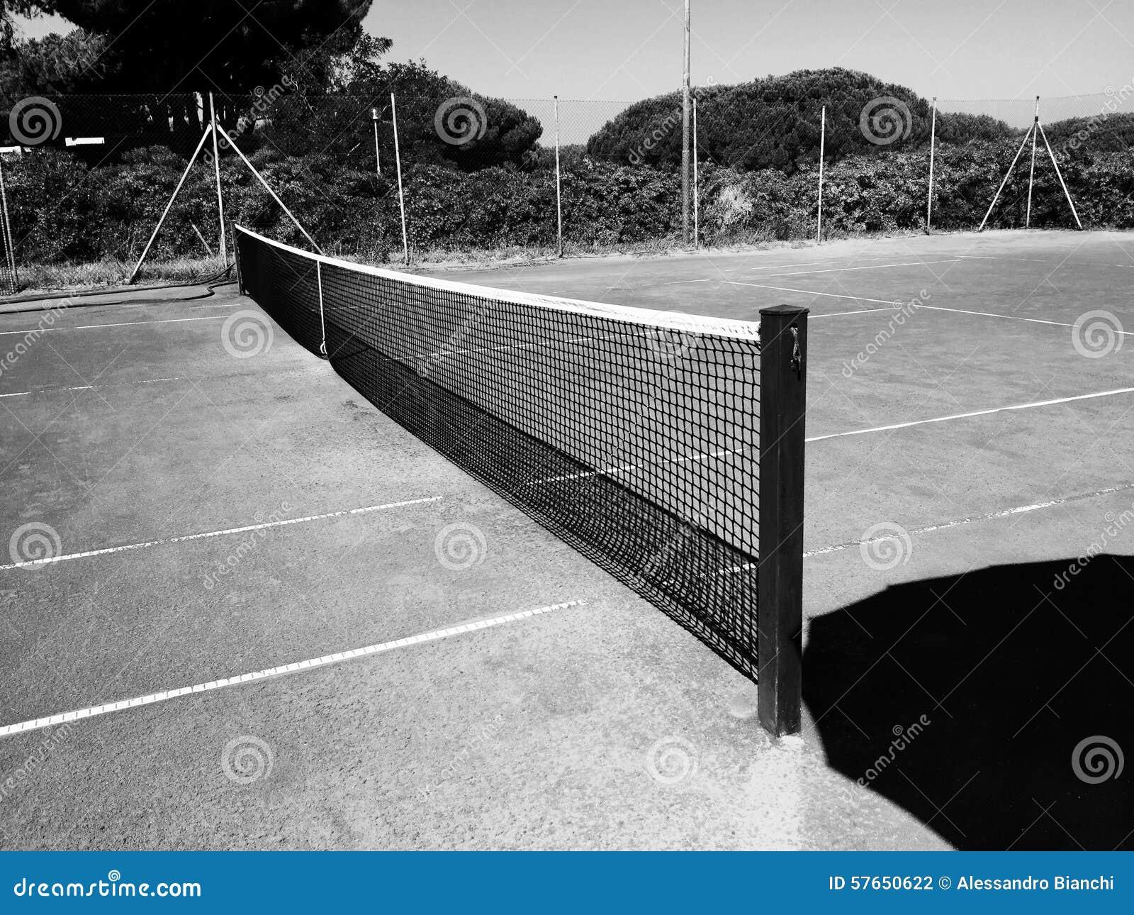 Pusty gliniany tenisowy sąd