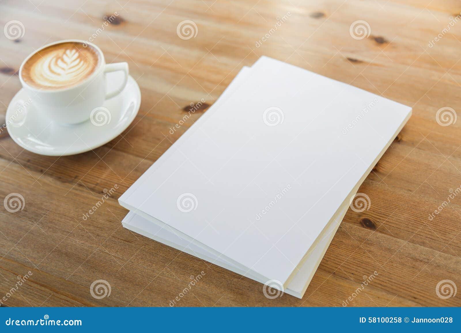 Pusty katalog, magazyny, książka egzamin próbny up na drewnianym tle