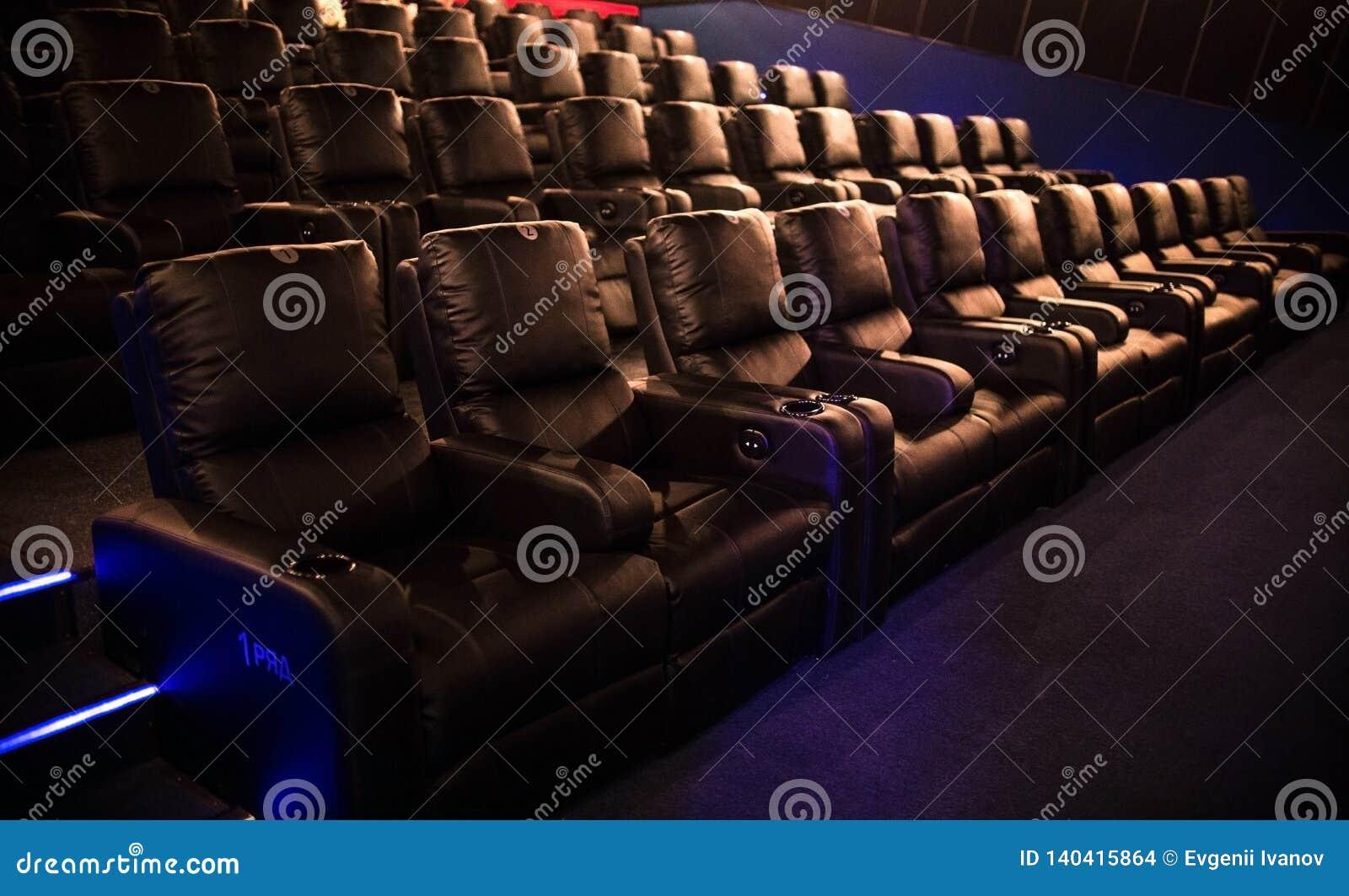 Pusty kino, kino z miękkich części krzesłami przed premiera film Tam no są żadny ludzie w kinie Ślizgowy automatyczny comfor