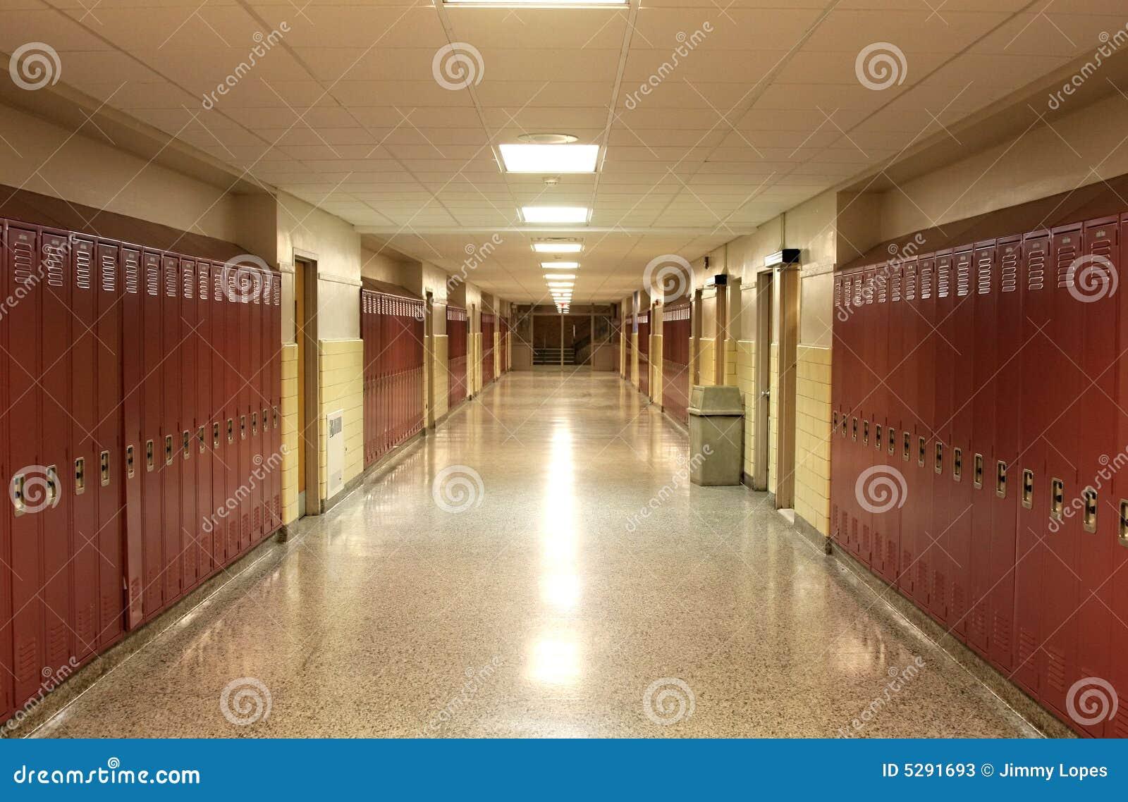 Pusty korytarz do szkoły