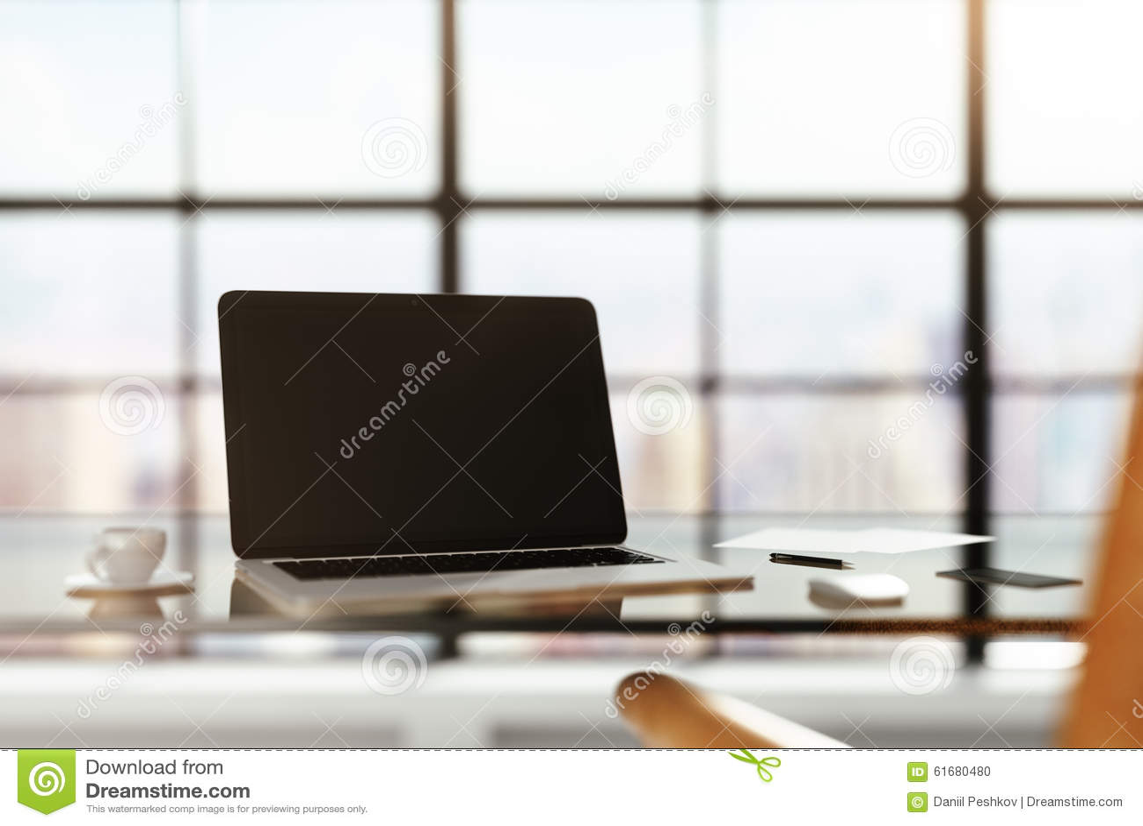 Pusty laptop na szklistym stole w pogodnym pokoju