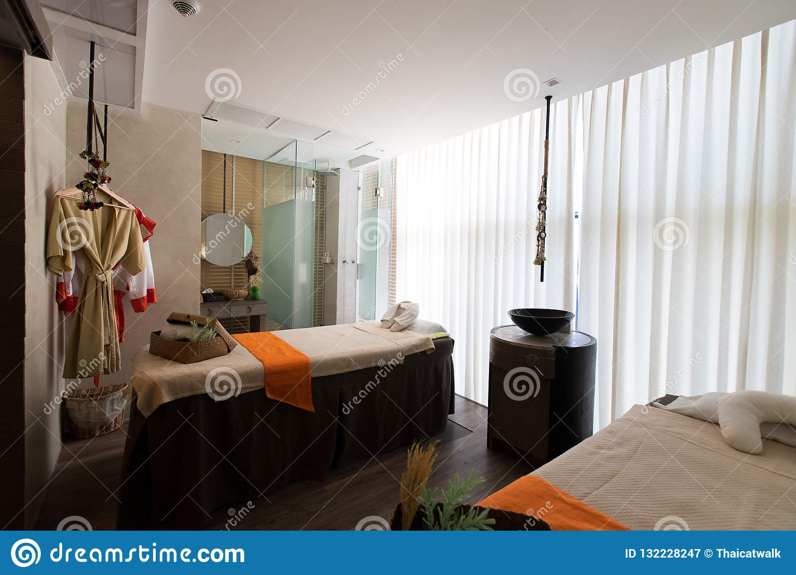 Pusty masaż usługi pokój z łóżkiem dla naturalnego