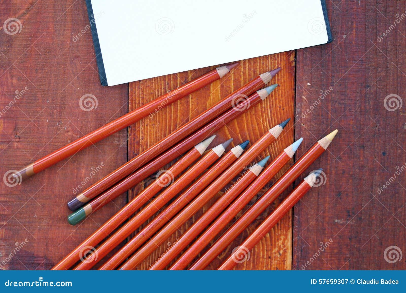 Pusty notatnik i ołówki