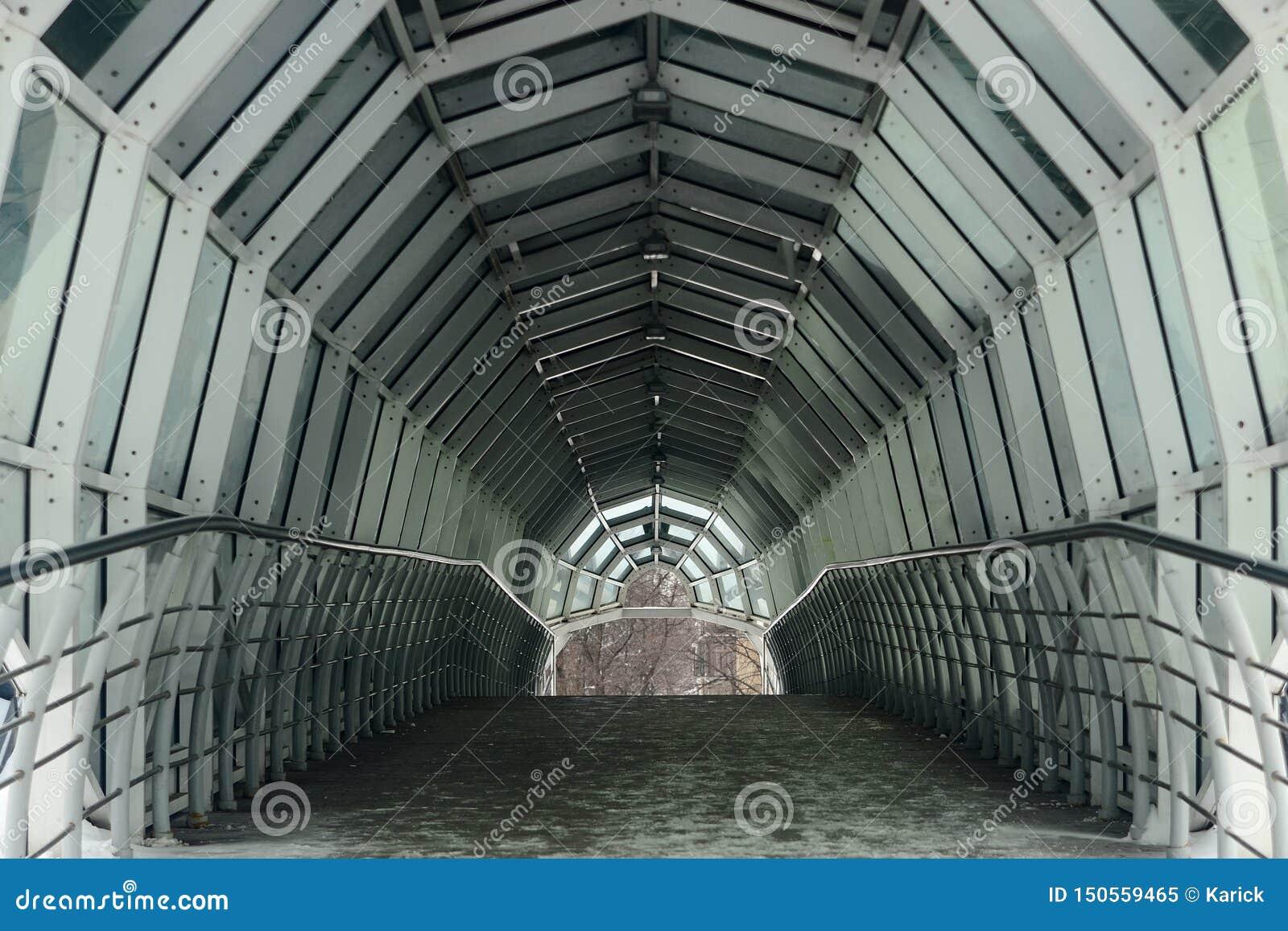 Pusty owalny zwyczajny nowożytny tunel